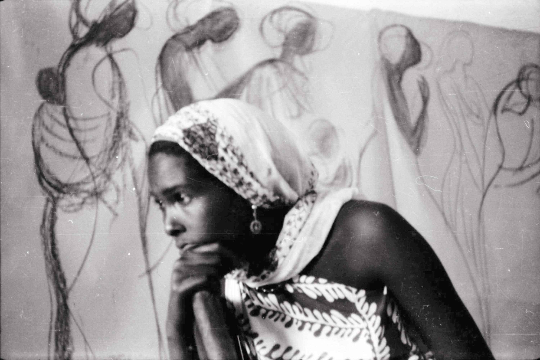23. Modella davanti al bozzetto del Parlamento Somalo 1956 ca fotografia